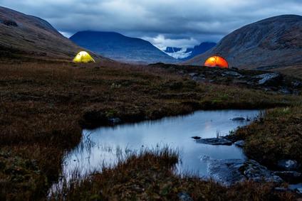 Beleuchtetes Zelt in der Nacht in Schweden