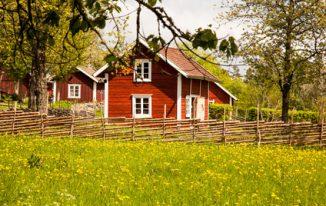 Bunte Holzhäuser und urige Bauernhöfe in Schweden. Bildquelle: © bigganvi38 // Fotolia.de