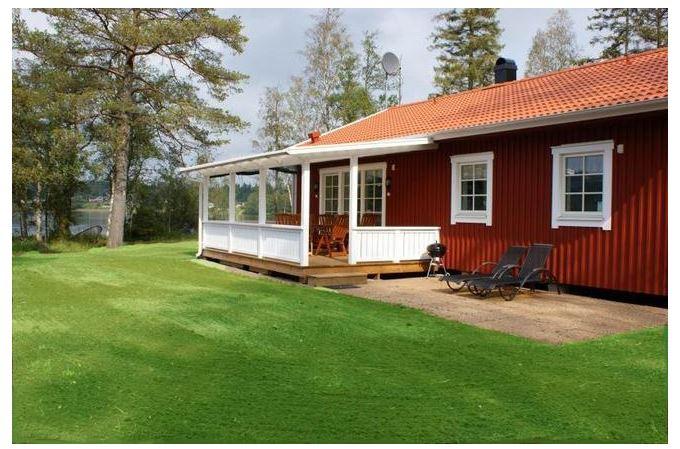 Holzhaus am See mit Boot Terrasse kann man einen Blick auf den See genießen