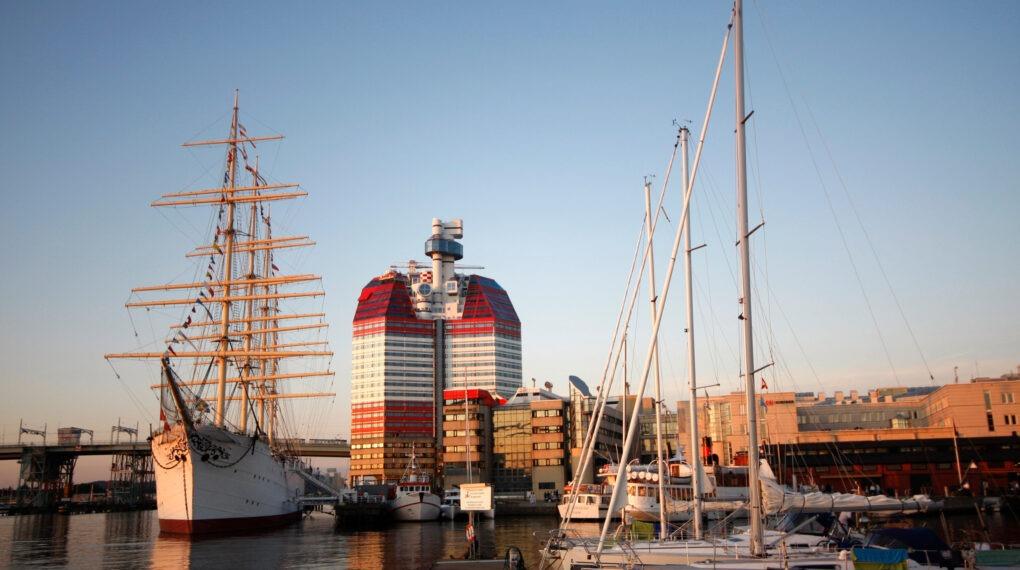 Dieses Hochhaus in Göteborg wird von den Einheimischen Lippenstiftgebäude genannt, sein richtiger Name ist The little Boom und wurde von Ralph Erskine entworfen und in den 1980er Jahren von Skanska gebaut. Barken Viking ist ein historisches Schiff, das heute als Hotel dient.// Bildquelle: Malin Skoog/imagebank.sweden.se