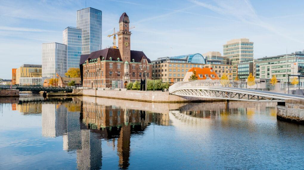 Ganz im Süden gelegen, ist Malmö die drittgrößte Stadt Schwedens, gemessen an der Bevölkerung. Mehrere Hafengebiete haben in den letzten Jahren einen kompletten Wandel vom industriellen Fokus zu schönen architektonischen Vierteln mit nachhaltiger Ausrichtung durchlaufen. // Bildquelle: Werner Nystrand/Folio/imagebank.sweden.se